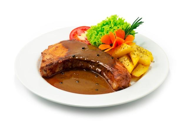 그레이비 소스를 곁들인 구운 돼지 갈비 유럽 음식 퓨전 스타일 제공 감자와 야채 사이드 뷰