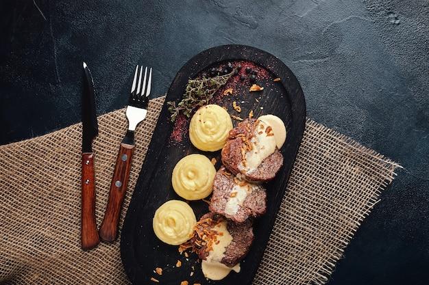 Жареные свиные отбивные с картофельным пюре.