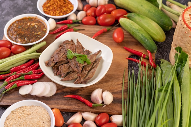 Fegato di maiale alla griglia in un piatto bianco.