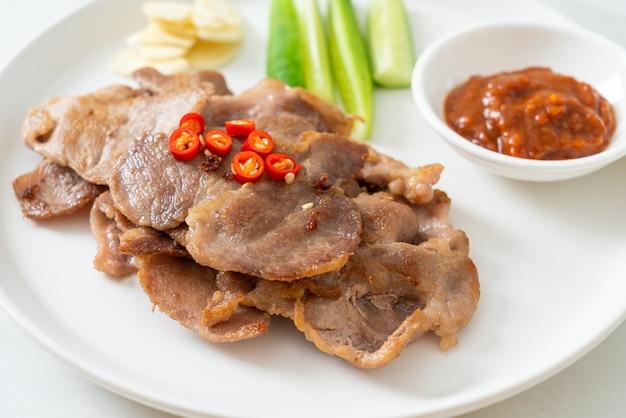 아시아 스타일의 접시에 구운 돼지 목 슬라이스