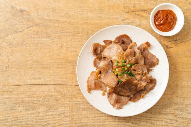 아시아 스타일로 접시에 얇게 썬 구운 돼지 목살
