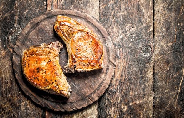まな板の上で焼いた豚肉。