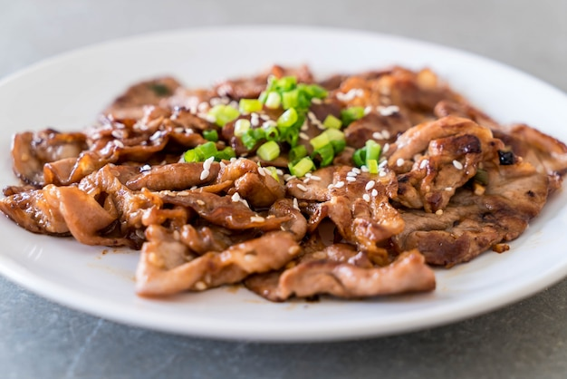 접시에 구운 돼지 고기