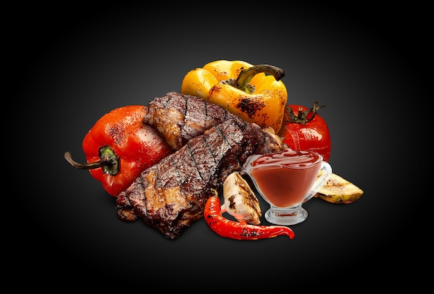 Стейки из свинины или говядины на гриле с красным и желтым болгарским перцем, кабачками, помидорами