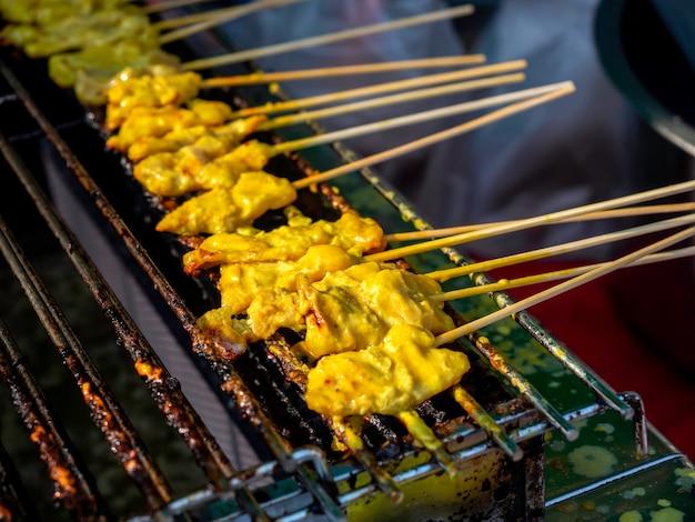 豚肉のグリルサテをストーブで焼きます。バーベキューポークローストグリルまたはサテローストポークの列