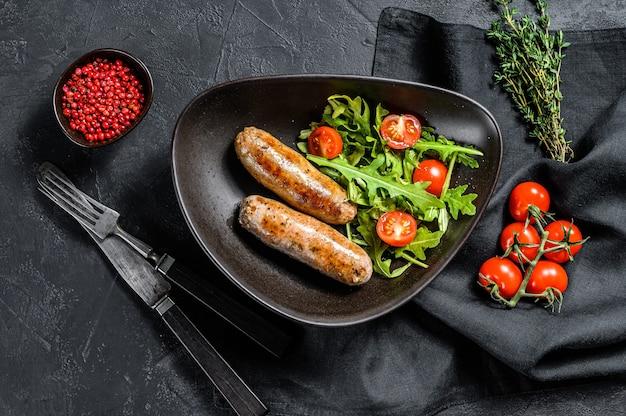 Свиные колбаски гриль с салатом из помидоров и рукколы