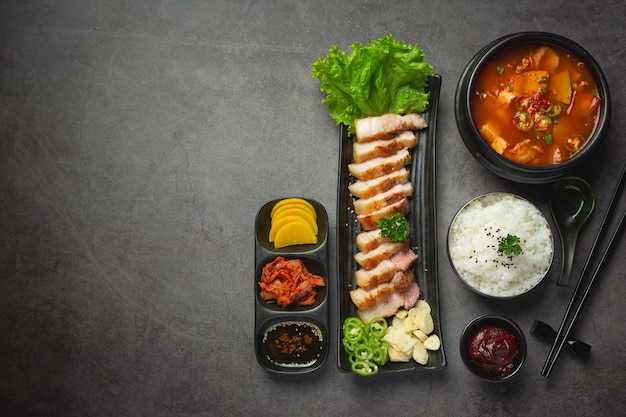 한국식 소스를 곁들인 구운 돼지 고기