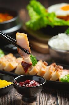 Свинина на гриле, подается с соусом по-корейски