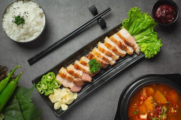 Maiale alla griglia servito con salsa in stile coreano