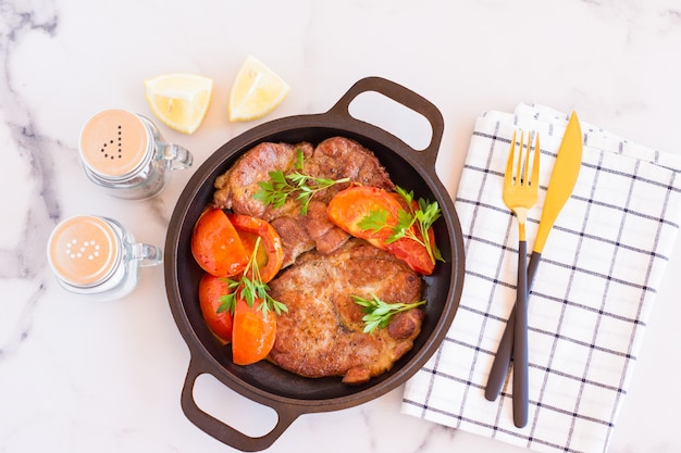 Стейки из свинины на гриле, свиная шея с зеленью и помидорами на гриле, мясо на гриле, барбекю, барбекю.