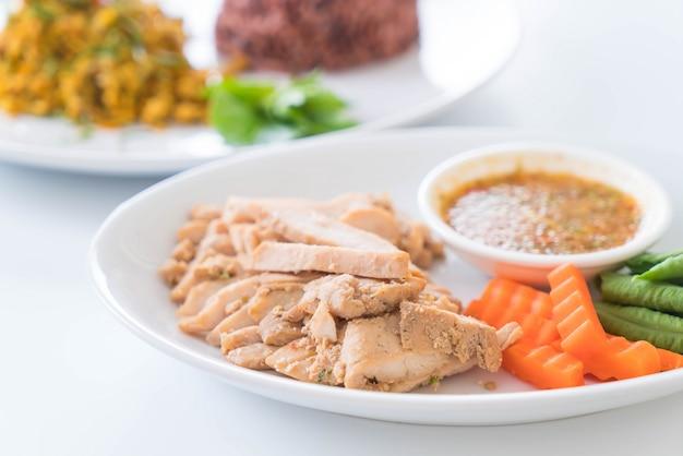 Maiale alla griglia e verdure con salsa piccante