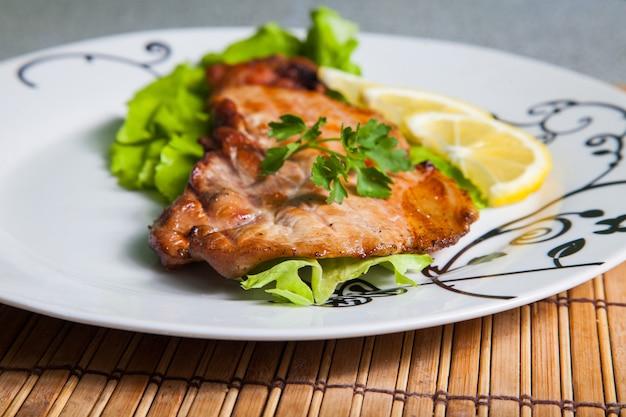豚肉のグリルサラダとレモンのプレート