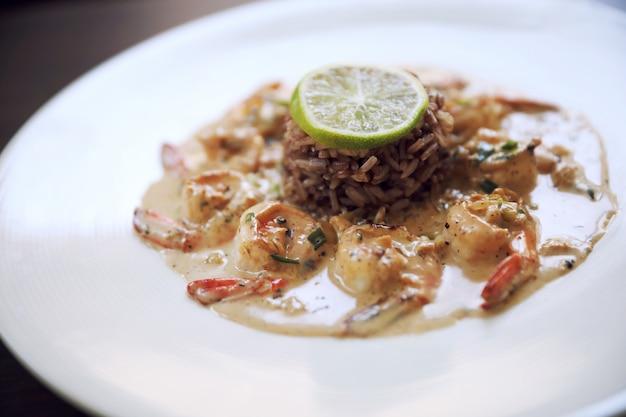 Креветки гриль креветки с чесноком, лимоном и специями с рисом