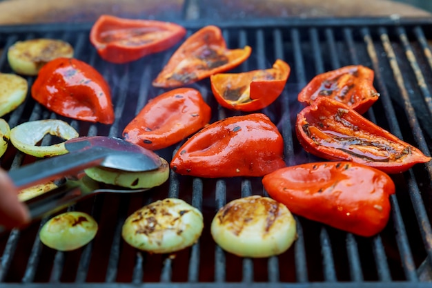 Жареный красный сладкий перец и лук на обжарке