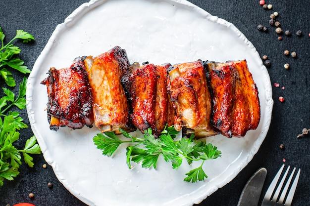 구운 갈비 바베큐 돼지 고기 향신료와 토마토 소스 고기 조각 두 번째 코스 스낵 바로 먹을 수 있음