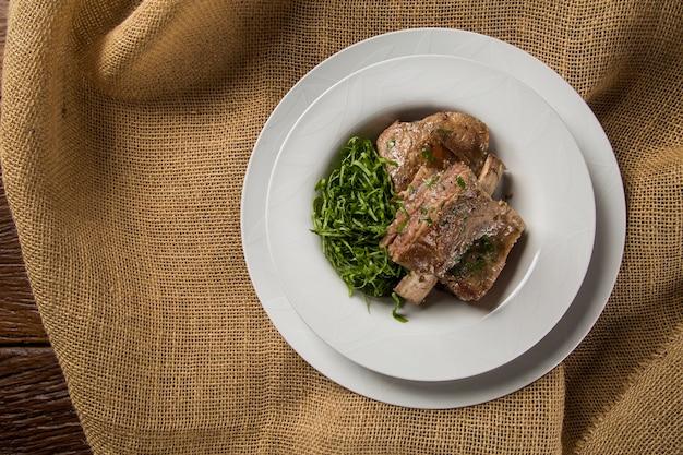 양배추와 구운 갈비-전통 브라질 음식 costela com couve