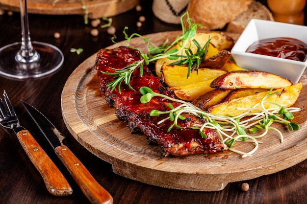 Grilled ribs with potatoes.