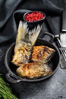 川魚のグリルシルバーコイ。黒の背景。上面図。