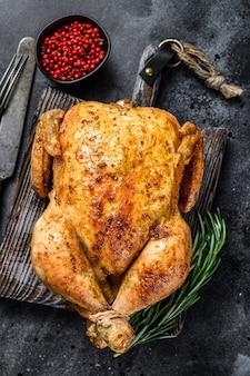 Цыпленок жареный на гриле. черный фон. вид сверху.