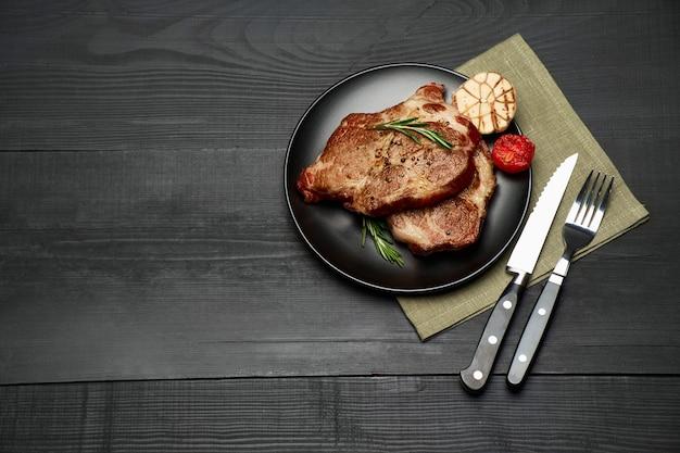 黒いセラミックプレートで焼いたロートビーフステーキ