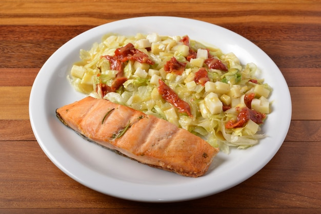 구운 연어와 샐러드 채소. 브라질 건강 식품.