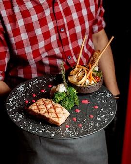 Филе лосося на гриле с салатом из овощей