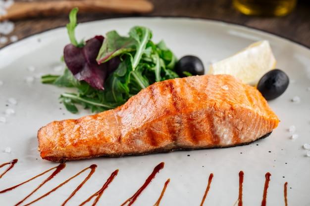 Стейк из филе лосося с салатом на гриле