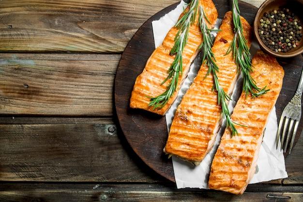 Филе лосося на гриле со специями и розмарином. на деревянном.
