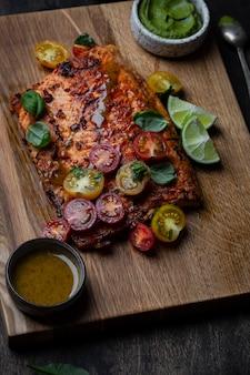 Филе лосося на гриле с томатным салатом и соусом из авокадо