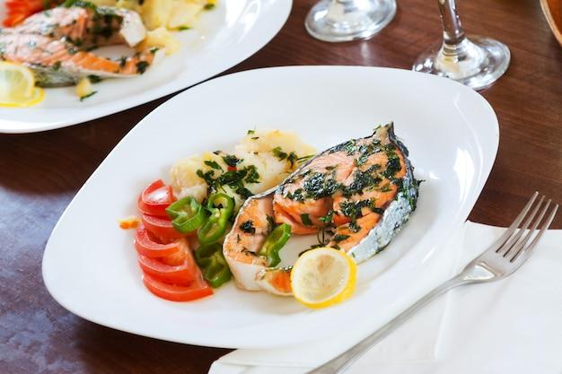 Жареная рыба лосося в тарелке