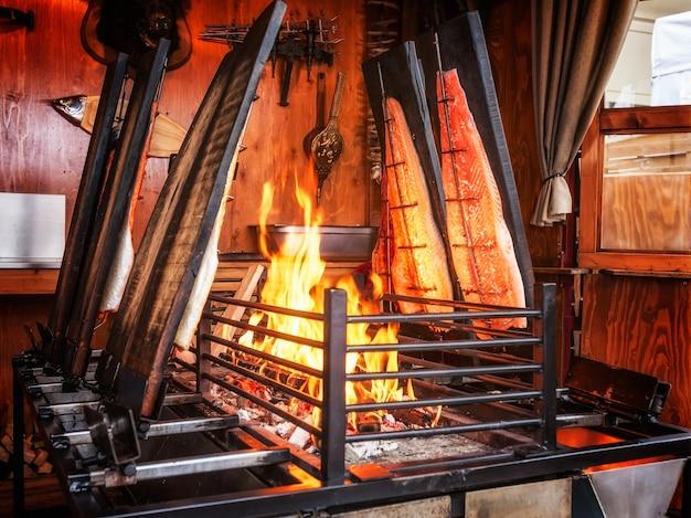 Жареный лосось на открытом огне. деревенская еда. выборочный фокус. мелкая глубина резкости