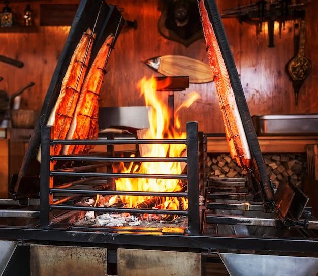 Лосось на гриле на открытом огне