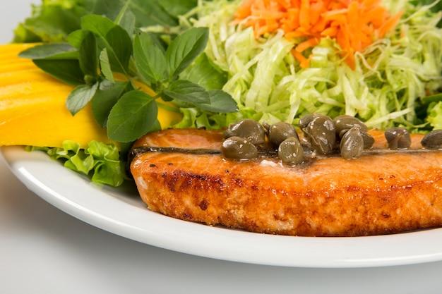 Стейк из лосося и овощи на гриле.