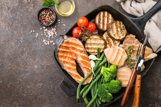 Стейк из лосося на гриле, курица и овощи