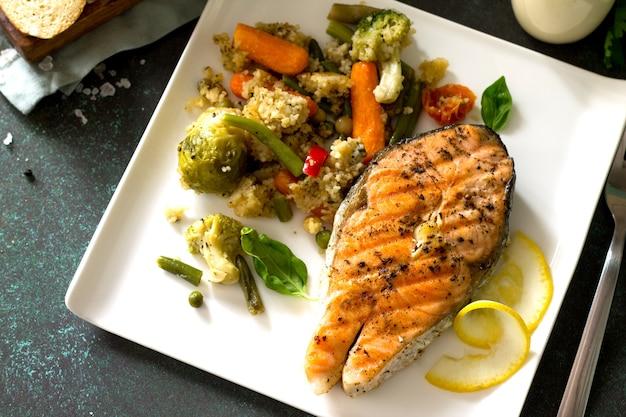 サーモンステーキのクスクスと野菜のグリル健康的な栄養