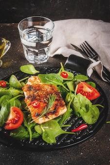Филе лосося на гриле со свежими овощами, шпинатом и лаймом, темный ржавый стол