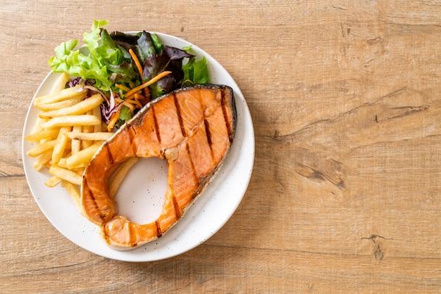 Филе лосося на гриле с овощами и картофелем фри