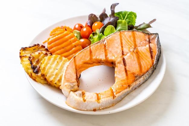 サーモンステーキフィレのグリルと野菜とフライドポテト