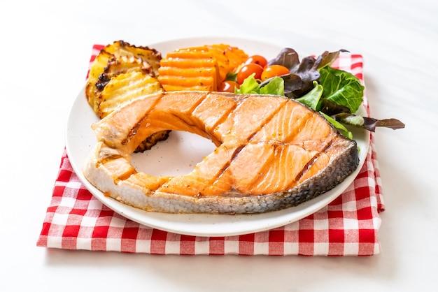 サーモンステーキの切り身のグリル野菜とフライドポテト