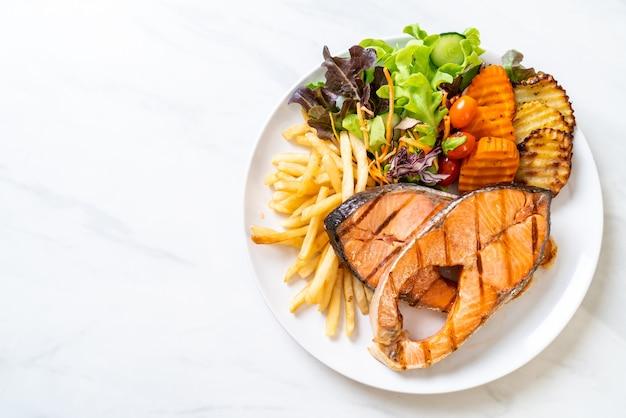 Стейк из лосося на гриле с овощами и картофелем фри
