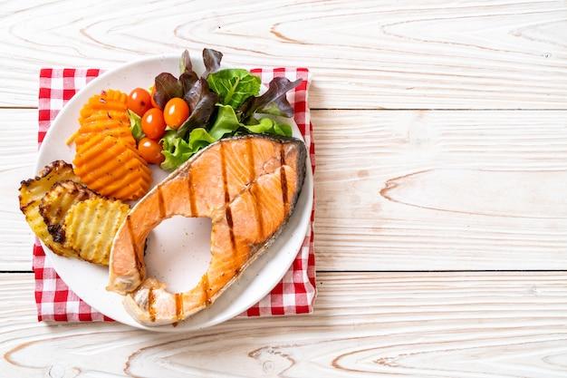グリルしたサーモンステーキの切り身と野菜