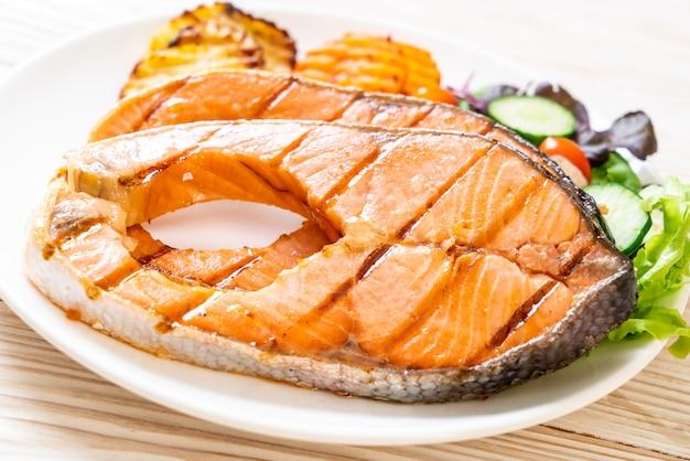 Стейк из лосося с овощами на гриле