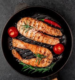 Стейки из лосося на чугунной сковороде