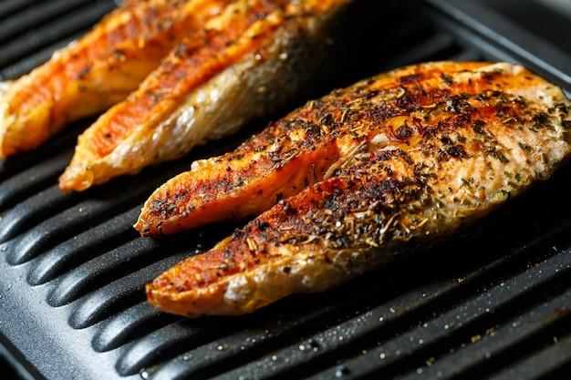 Стейки из лосося на гриле до румяной корочки со специями и лимонным соком