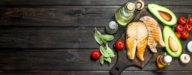 Стейки из лосося со специями. на деревянном фоне.