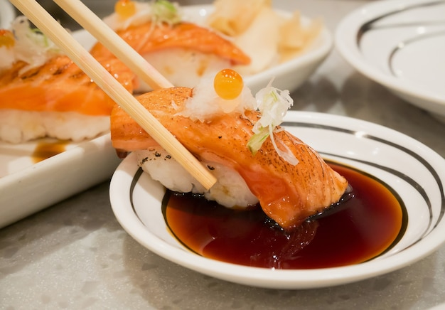 젓가락에 구운 연어 초밥, 일본 요리
