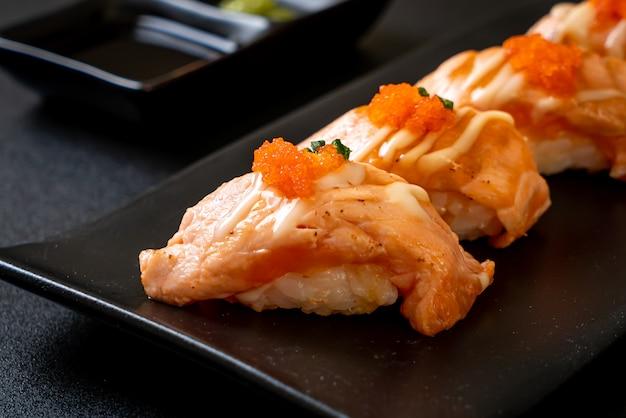 黒皿にサーモンのグリル寿司