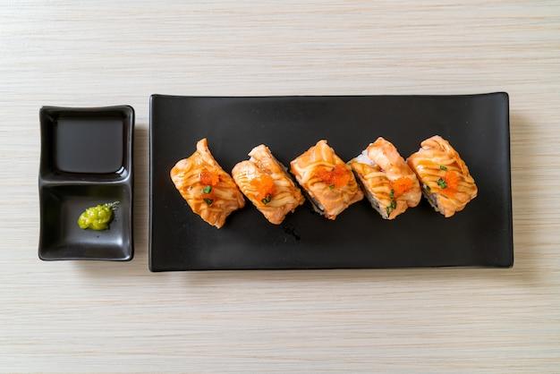 Суши-ролл с лососем и соусом на гриле