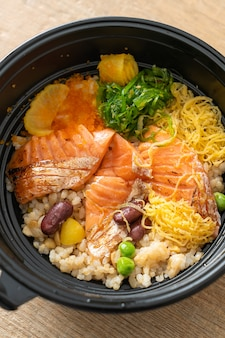 Лосось на гриле с домбури из коричневого риса - японская кухня