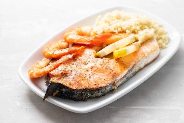 접시에 새우와 구운 연어